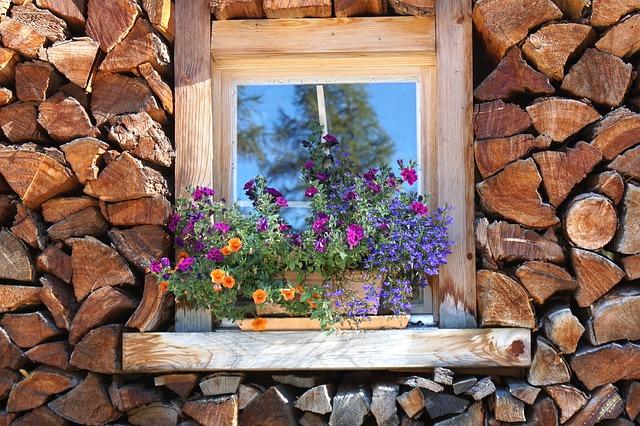 dřevo u okna