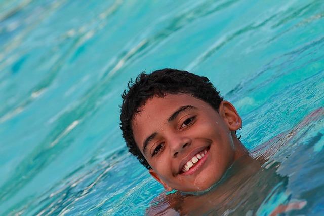 černoch v bazénu