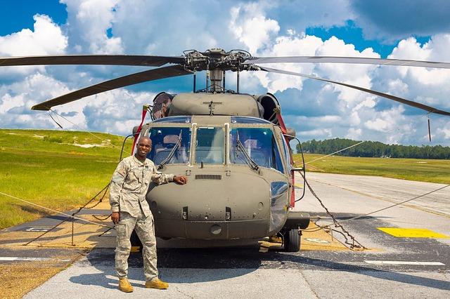 voják u vrtulníku