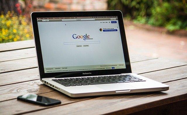 notebook s otevřeným Google vyhledávačem